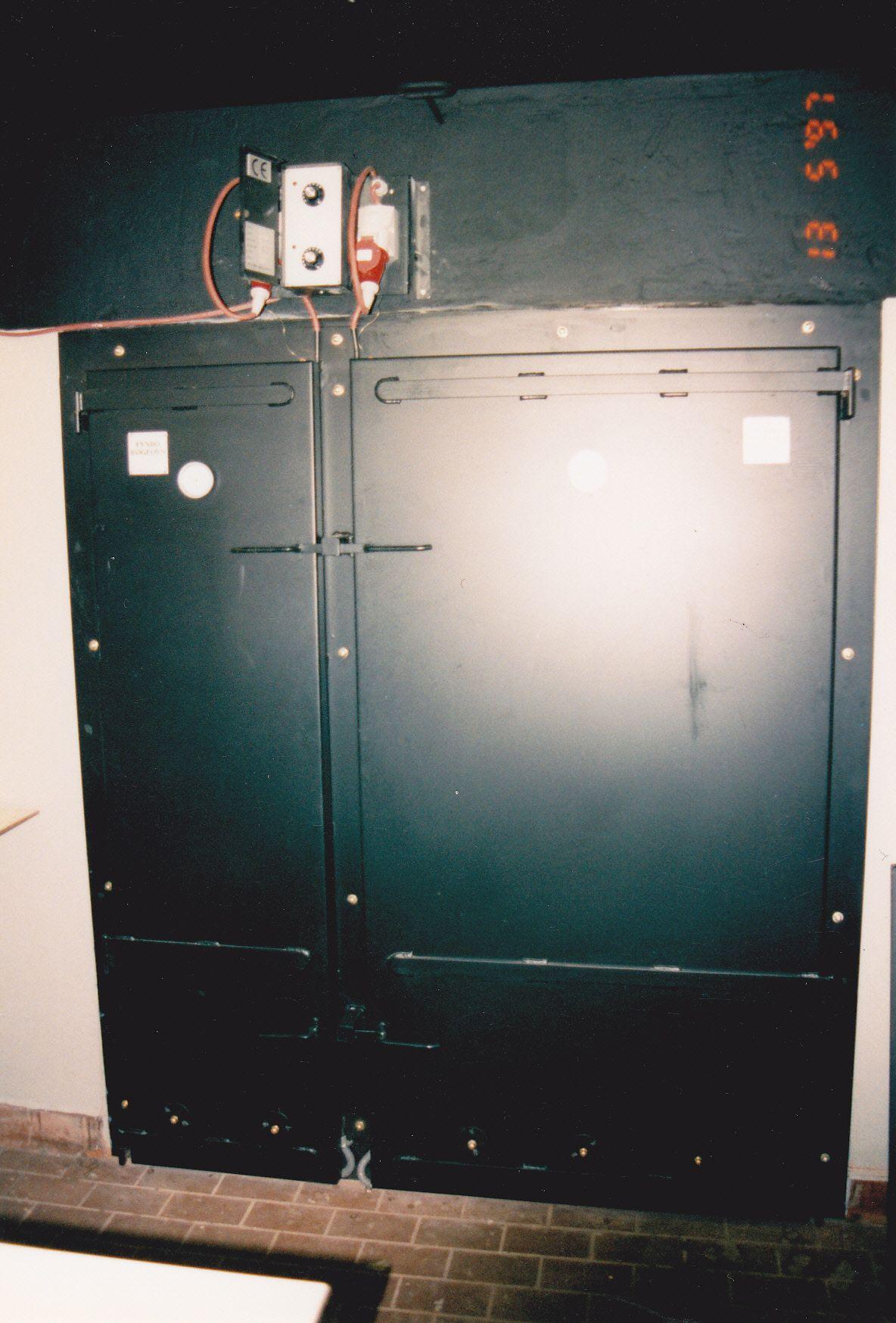 Lågeparti monteret på meget gammel muret ovn, monteret med el og er sat op i 97 kører stadigvæk , der kan både kold og varmrøges